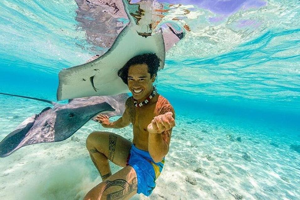 Capitaine Upa nage avec les raies